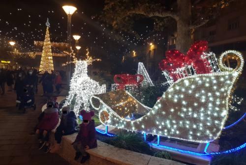 Natale a Falconara: le luminarie incantano. L'appello del sindaco: «Comprate dai nostri commercianti»