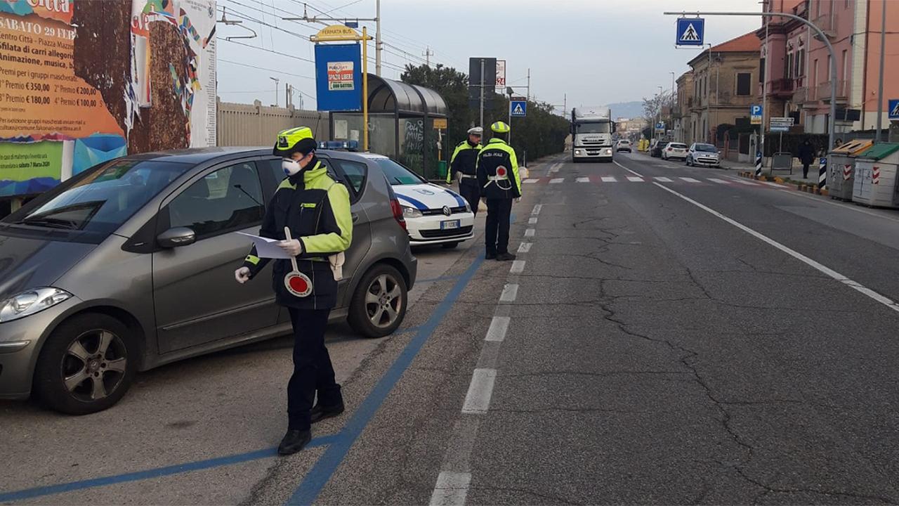 Controlli stradali e sulle norme anti covid da parte degli agenti della Polizia locale di Falconara Marittima