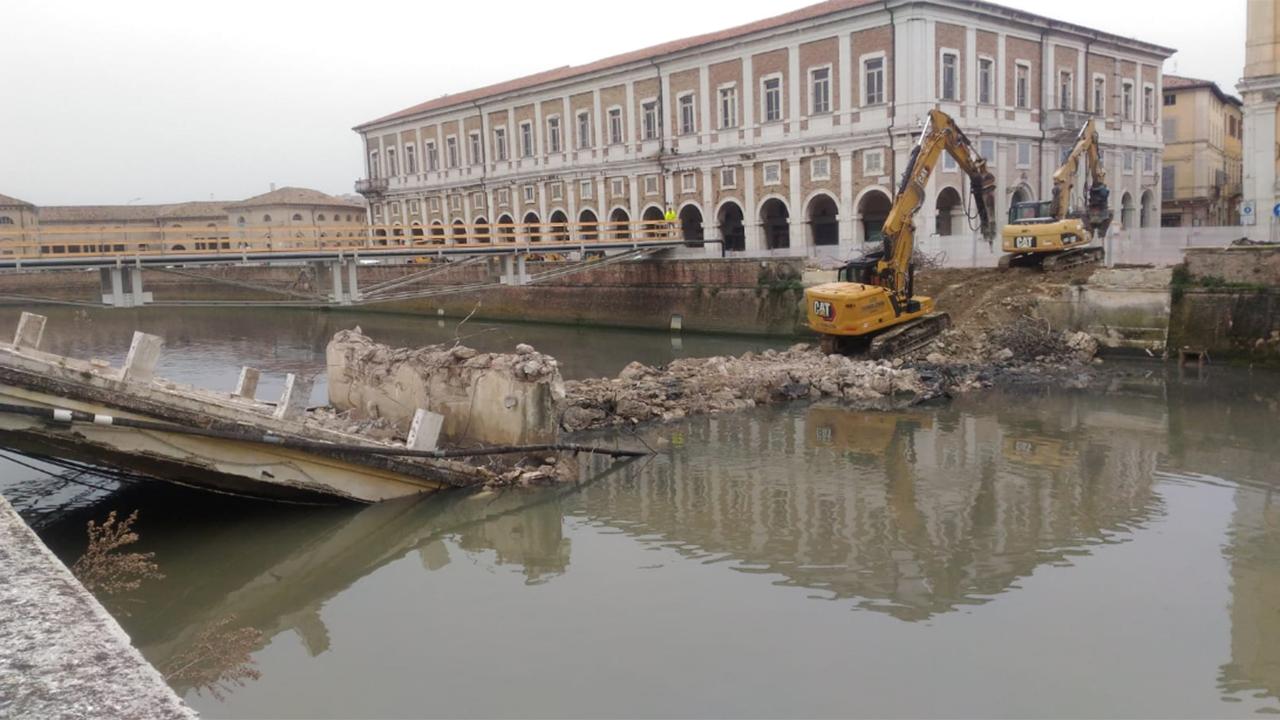 Demolito a Senigallia il vecchio ponte II Giugno