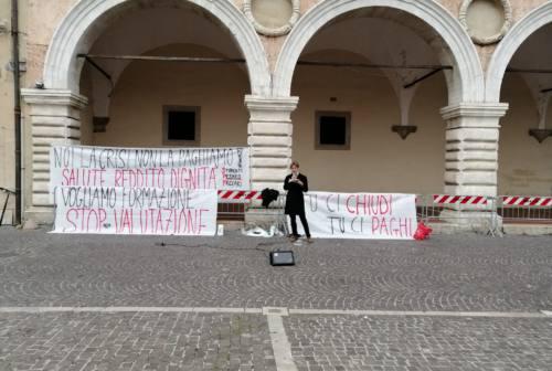 Studenti e precari in piazza a Pesaro: «Noi, pagati a cottimo vogliamo tutele»