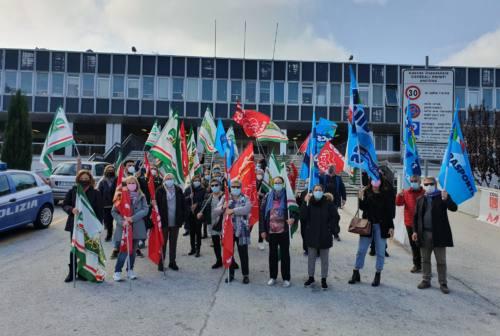 Torrette, lavoratori delle pulizie in sciopero: «Noi pagati 5 euro all'ora, siamo invisibili»