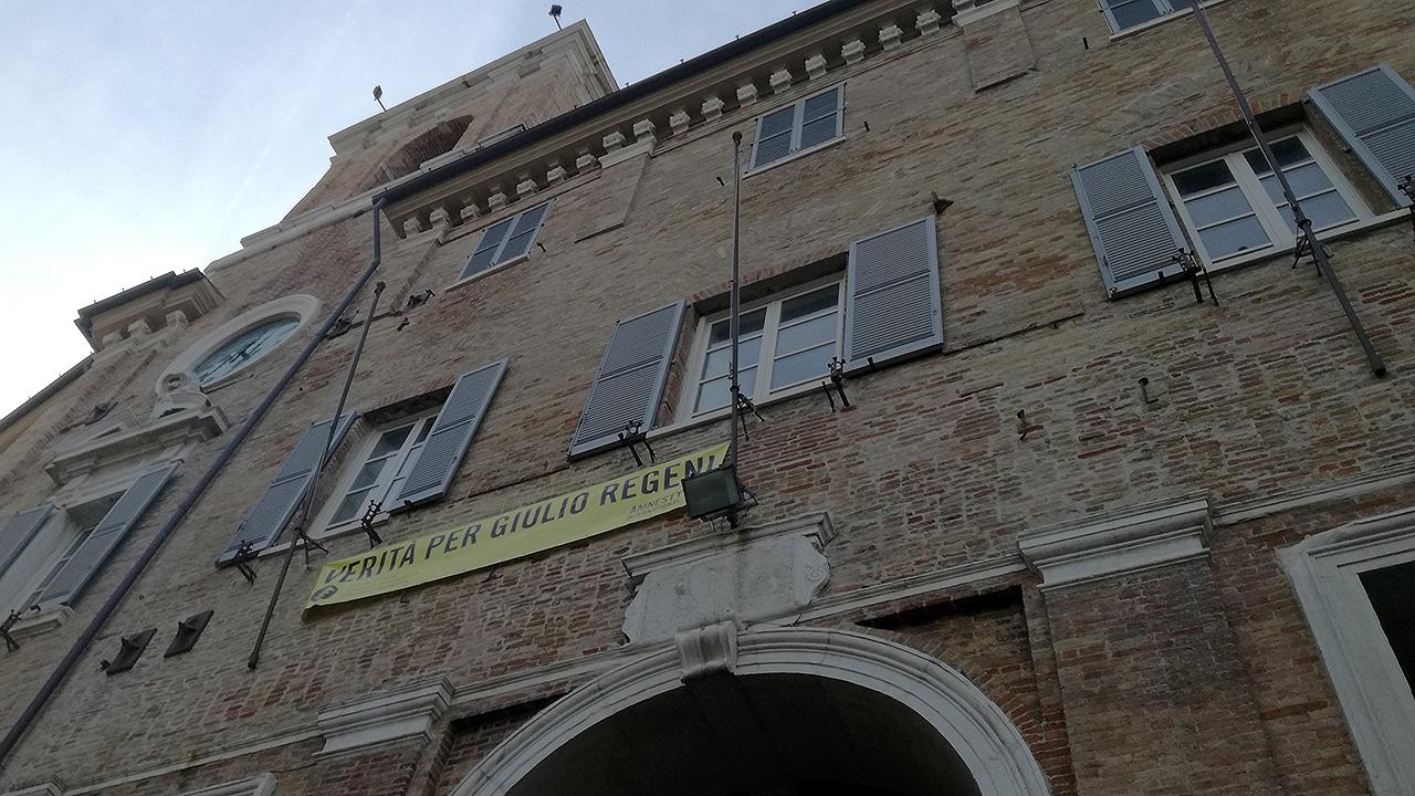 Lo striscione per Giulio Regeni affisso fino all'ottobre 2020 sulla facciata del municipio di Senigallia