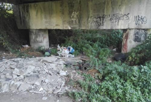 Jesi, la piaga dei rifiuti abbandonati sotto ai viadotti