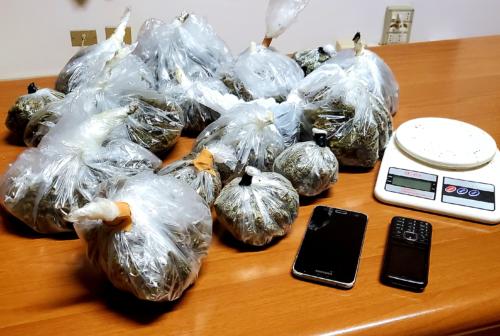 Montecosaro, trovato con oltre un chilo di marijuana nascosto nell'armadio: 42enne in manette