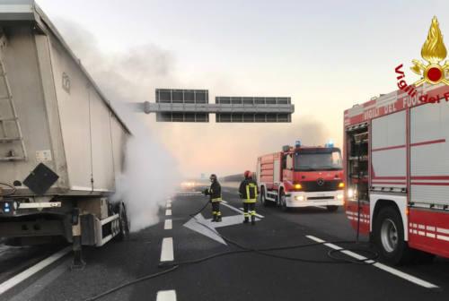 Mondolfo, tir in fiamme sulla A14: l'autista si salva staccando la motrice