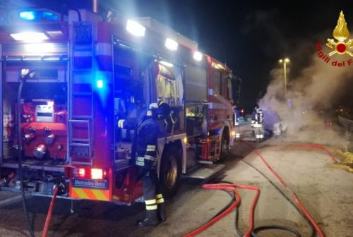 Chiaravalle: incendio distrugge un'auto, strada provinciale 76 chiusa