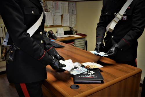 Scoperti da due Carabinieri fuori servizio mentre spacciano eroina a Corridonia: arrestati