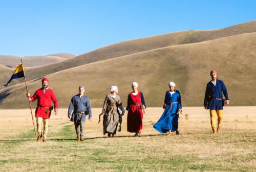 Arcieri storici in viaggio da Castelluccio a Visso: in un video, sui Sibillini come nel Medioevo