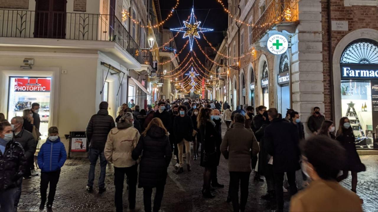 Folla di persone in centro storico a Senigallia nella prima giornata di regione in fascia gialla