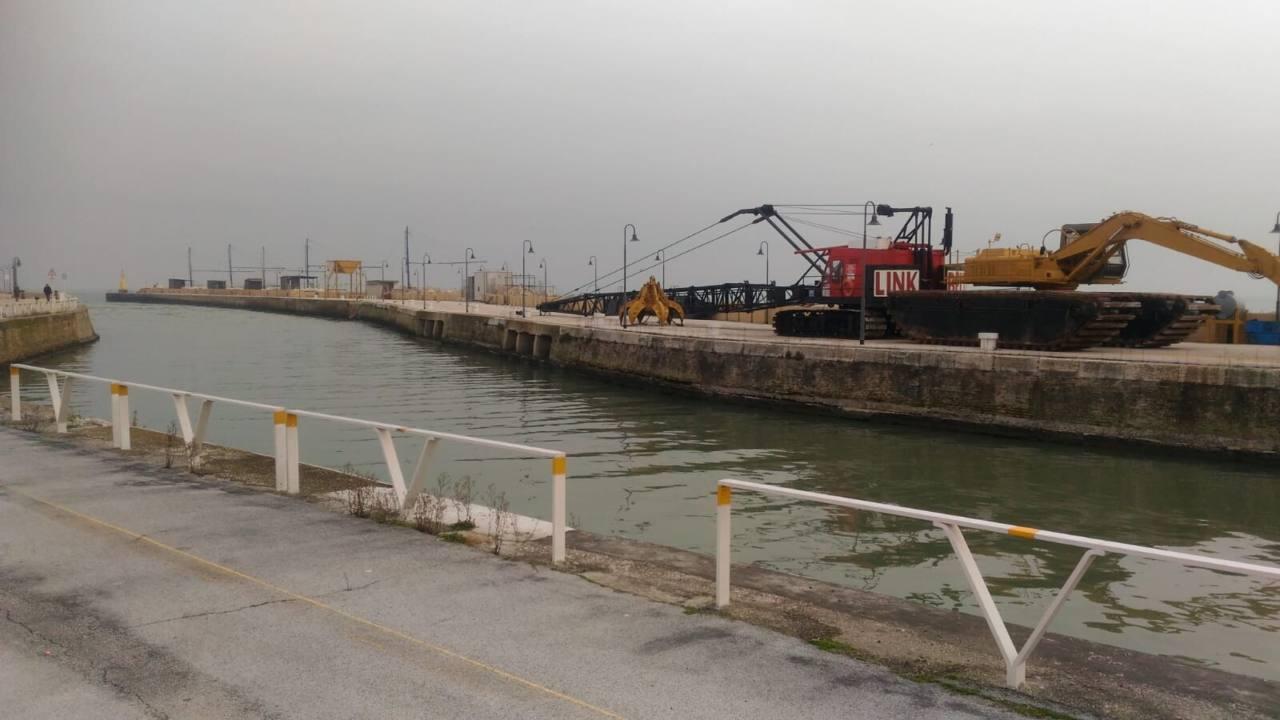 Partiti e subito fermati i lavori di escavo del fiume Misa a Senigallia nel tratto finale dalla ferrovia alla foce