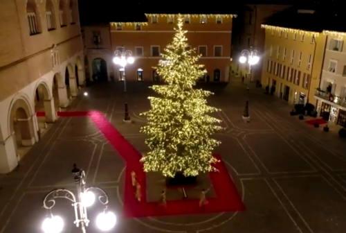 Fano, si accendono le luci del Natale Più e con esse la speranza. Il sindaco Seri: «Restiamo uniti»  –VIDEO e FOTO