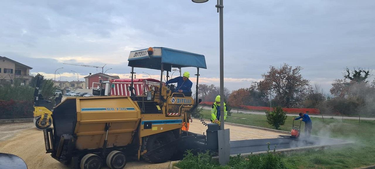 I lavori di asfaltatura al parcheggio della scuola di San Sabino