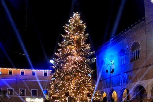 Fano, il Natale Più scalda i motori e accende l'albero in diretta social
