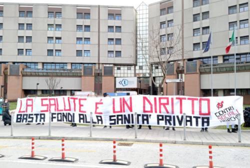 Sanità, i Centri Sociali manifestano: «Basta soldi ai privati, investire su pubblico e personale»