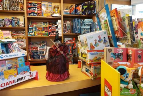 Befana e giocattoli, il binomio funziona anche in tempo di pandemia – VIDEO