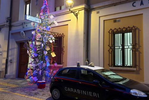 Senigallia, i disegni dei bambini addobbano l'albero di Natale dei carabinieri