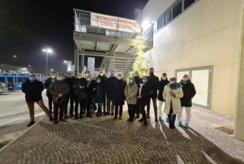Civitanova, acceso l'albero di Natale davanti al Covid-center. Ciarapica: «Simbolo di speranza»