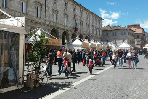 Ascoli, il Comune vuole ampliare mercati all'aperto. Confcommercio e Pd: «Tagliare costo parcheggi»