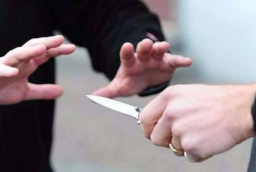 Aggredisce a coltellate la moglie, 50enne arrestato