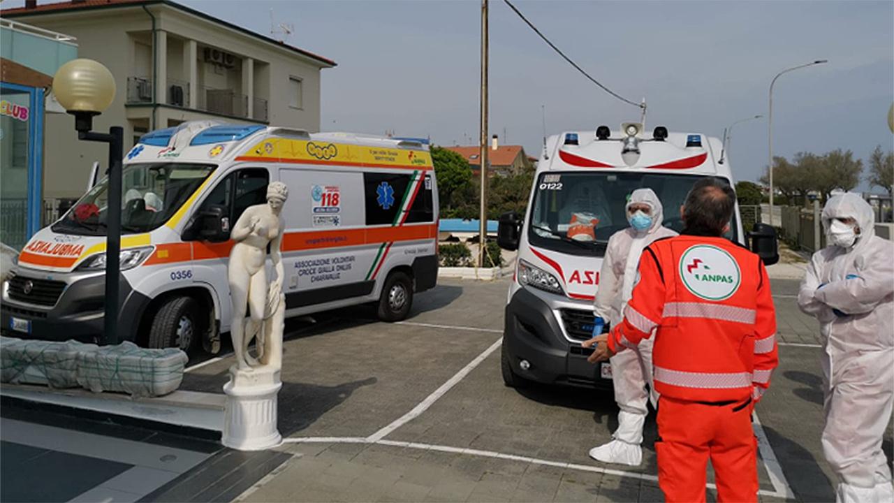 I volontari di Croce Rossa e Anpas davanti al covid hotel di Senigallia