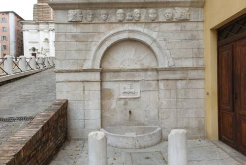 Ancona, ripulite e restaurate le due fontane storiche di piazza del Papa