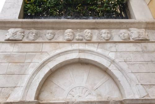 Ancona, piazza del Papa: chi sono i volti raffigurati sulla Fonte dei Decapitati?