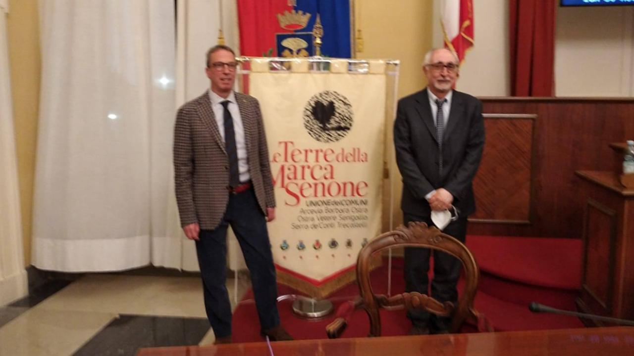 """A sinistra Dario Perticaroli, nuovo presidente dell'unione dei comuni """"Le terre della marca senone""""; a destra Luigi Rebecchini, riconfermato presidente del consiglio dell'ente"""