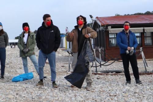 """""""Christmas Green Weekend"""": 100 giovani ecologisti puliscono la spiaggia di Portonovo e il parco Unicef"""