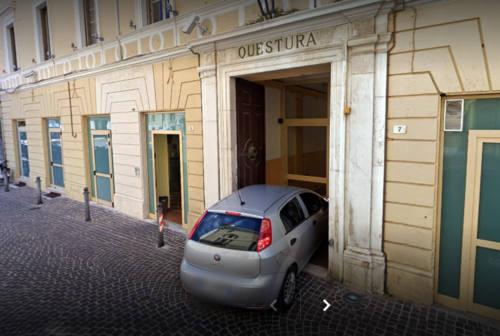 Pesaro, si mette in tasca il bracciale d'oro in gioielleria: arrestato