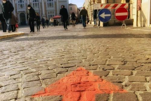 Pesaro, il sabato dello shopping con pedoni fermati per troppo afflusso in centro