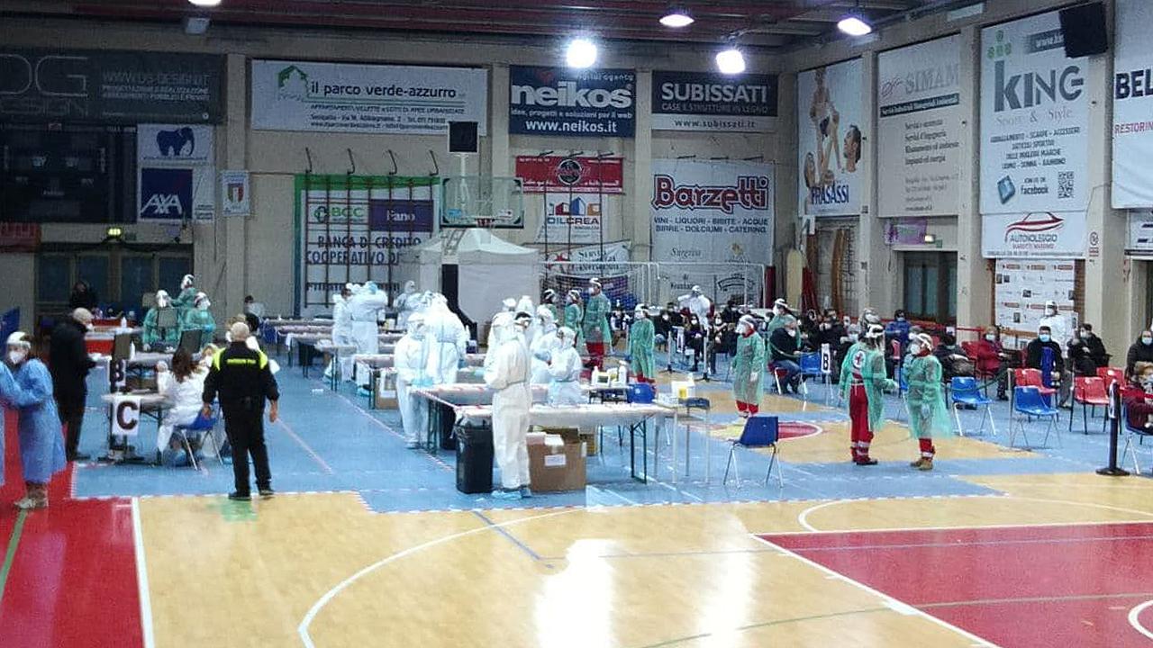 La campagna di screening di massa anti covid al palasport di via Capanna a Senigallia