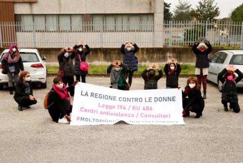 «Solo passi avanti per i diritti delle donne», anche a Jesi il flash mob contro la Regione