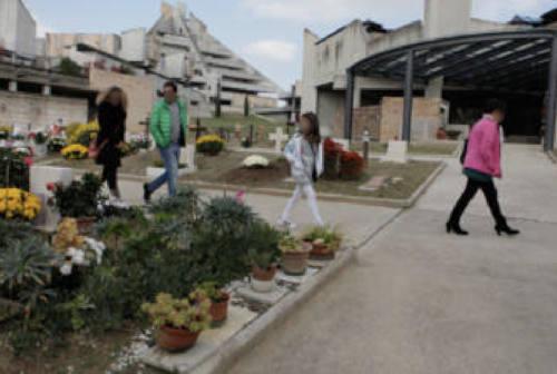 Jesi, rifiuti abbandonati al cimitero: paga il Comune