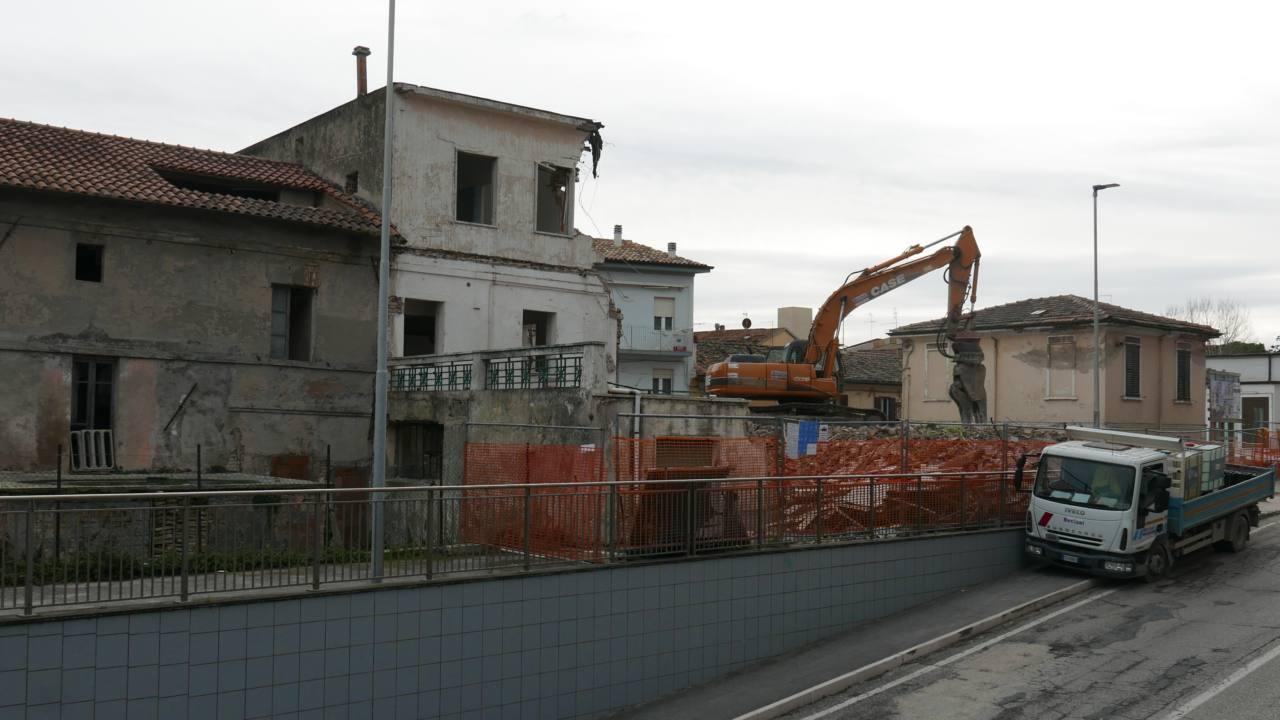 Demolito l'ex hotel Mignon a Senigallia