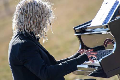 Un pianoforte e il brano Butterfly, dedicato ai sanitari uccisi dal Covid