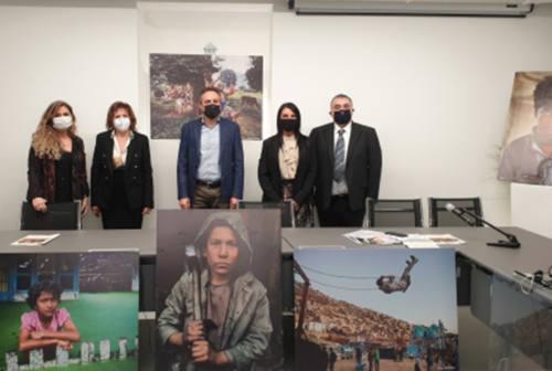 Gabicce: la scuola diventa galleria d'arte con gli scatti di McCurry. Ed è il primo comune nelle Marche