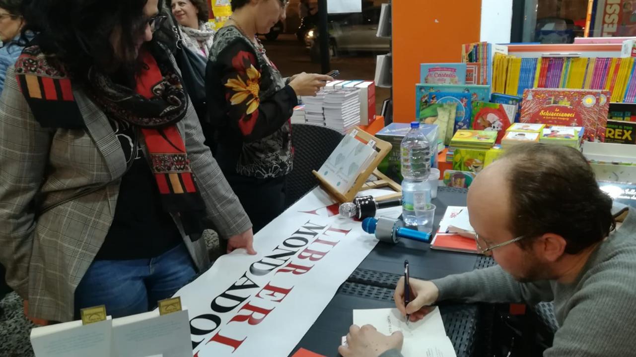 Lo scrittore firma le copie del suo secondo libro