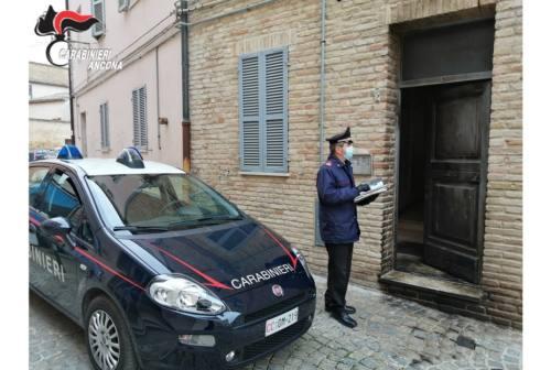 Osimo, a fuoco il portone di un condominio: sull'incendio c'è l'ombra del dolo