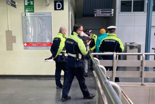 Ancona: prende gli agenti a cinghiate, arrestato