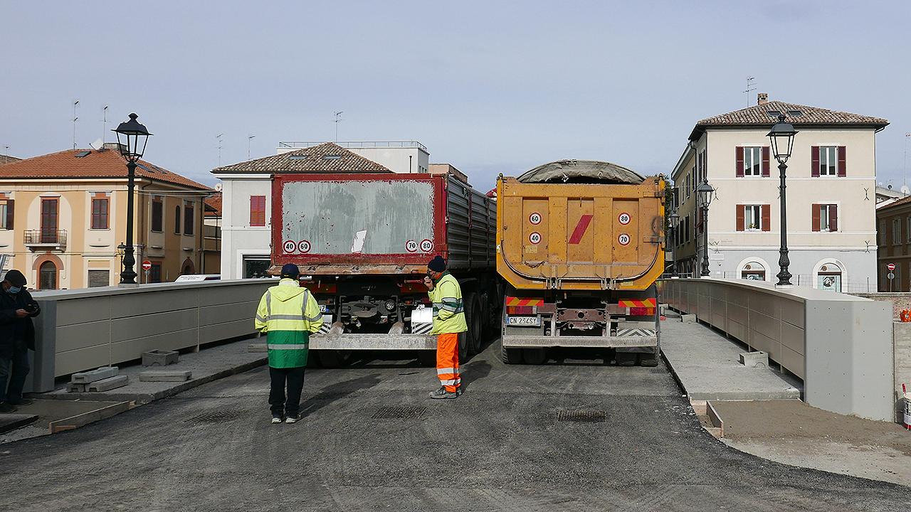La prova di carico sul nuovo ponte II Giugno di Senigallia