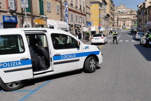 Civitanova Marche, bevevano seduti ai tavoli di un bar: quattro multati, locale chiuso
