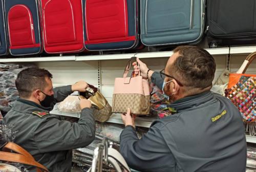 Civitanova, borse e zaini contraffatti in negozio: 205 articoli sequestrati