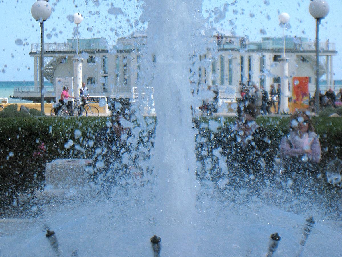 Giochi d'acqua nella fontana davanti la rotonda a mare di Senigallia