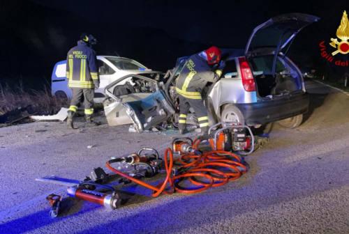 Frontale tra auto e furgoncino, incidente mortale tra Offagna e Ancona