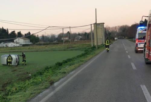 Esce di strada e si ribalta con l'auto: conducente trasportato a Torrette