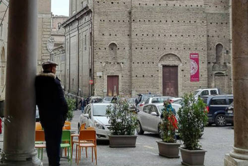 Macerata, auto in piazza: prolungata al 30 aprile l'apertura della Ztl