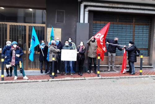 Ancona, Comitato Priorità alla Scuola e sindacati in sit-in: «Non siamo polli, basta alle classi pollaio»