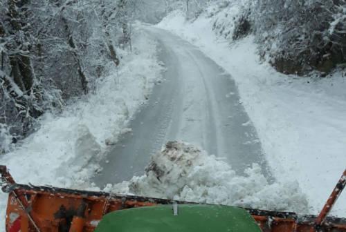 Neve nell'entroterra pesarese, scuole chiuse a Cagli. Ecco la situazione nelle strade