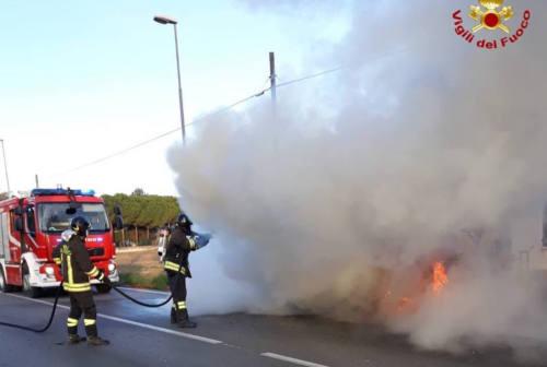 Auto in fiamme a Loreto, salvi i passeggeri