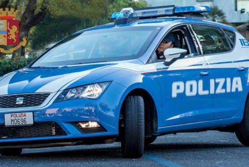 Ancona, ubriaco al supermarket arraffa bottiglie: interviene la Polizia